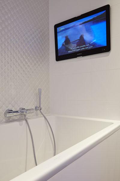The Art of Living, Exclusief wonen, Badkamer Bad Aquaprojects Van Schjindel Totaal Techniek, wellness, badkamer, badkuip, televisie, wand, tegels
