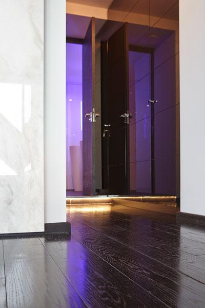 The Art of Living, Exclusief wonen, Hal Penthouse LEDverlichting Luijben Totaal Bohemian Works, penthouse, verlichting, paars, design, interieur, zwart laminaat, tegelwand
