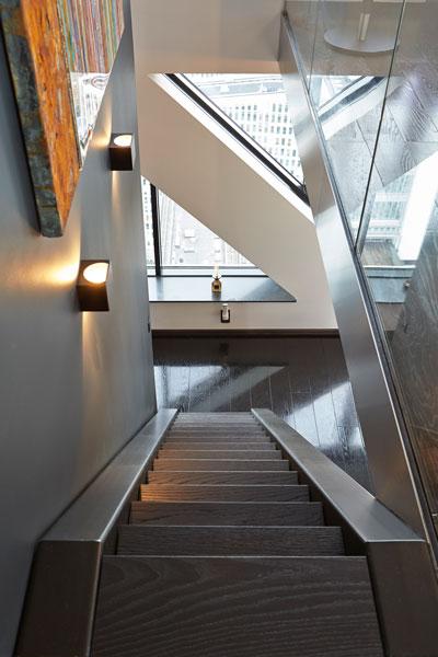The Art of Living, Exclusief wonen, RMR interieurbouw, Trap Penthouse Roelfien Vos Interieurarchitect Babylon Residences, exclusieve trap, zwart laminaat, schilderij, raam, design, interieur