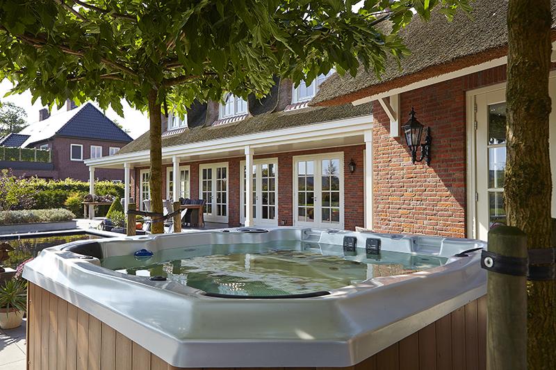The Art of Living, Exclusief wonen, Architectenbureau Van Houtum, tuin, jacuzzi, villa, landhuis, terras, exterieur, design, modern, klassiek