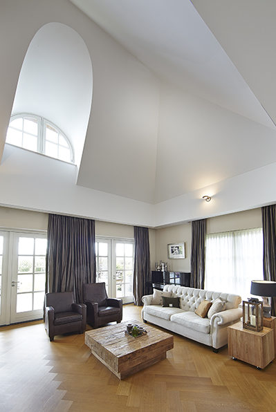 The Art of Living, Exclusief wonen, Marco Daverveld Interieur designer, villa, plafond, zitruimte, bank, woonkamer, villa, meubelen, wit, laminaat