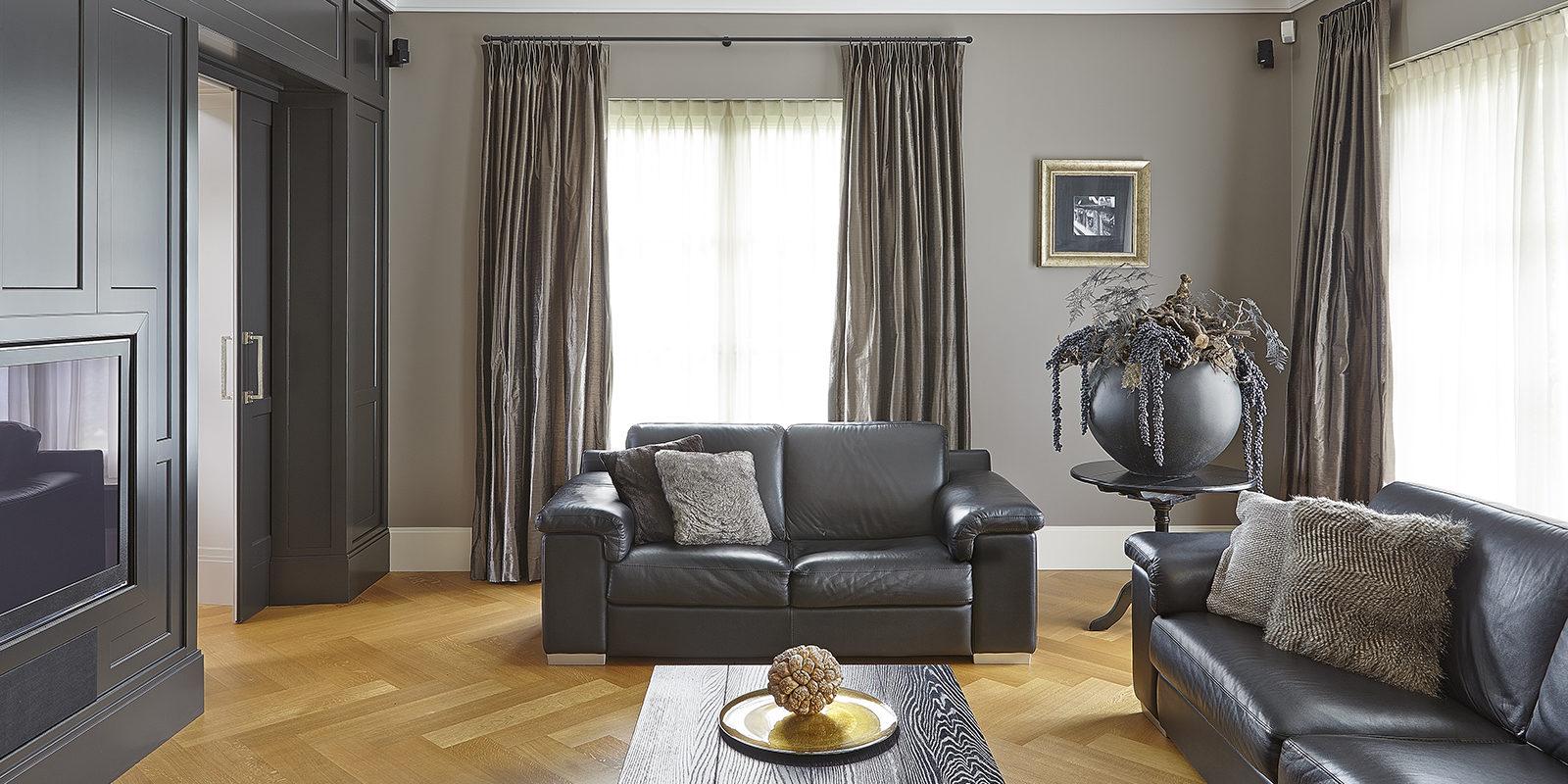 The Art of Living, Exclusief wonen, Marco Daverveld Interieur designer, woonkamer, gordijnen, televisie, bank, meubilair, modern, banken, zwart