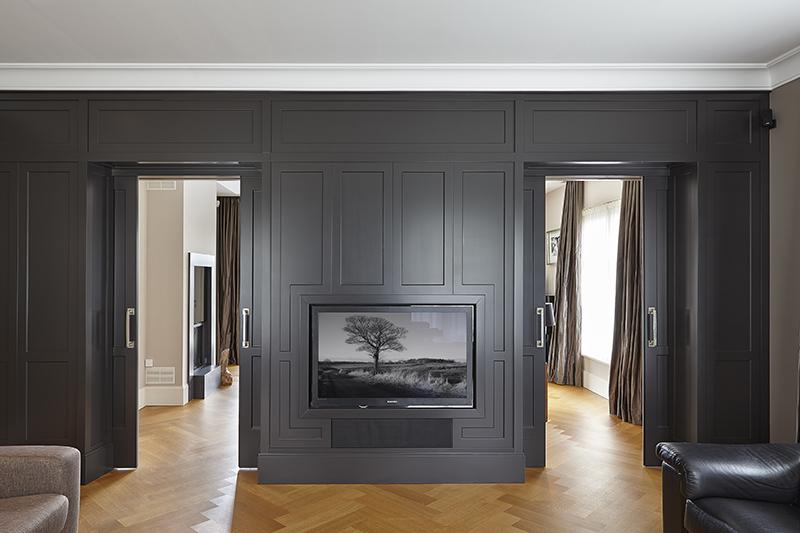 The Art of Living, Exclusief wonen, Marco Daverveld Interieur designer, zwart design, interieur, televisie, woonkamer, villa, modern, zwart, houten vloer, gordijnen