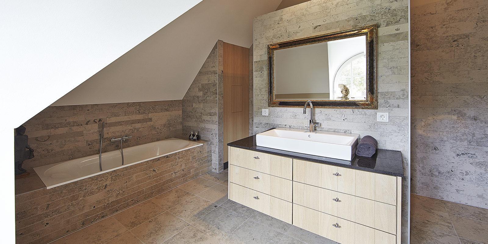 The Art of Living, Exclusief wonen, Marco Daverveld Interieur designer, badkamer, spiegel, bad, design, sanitair, tegelvloer, modern