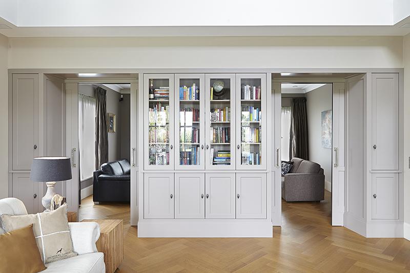 The Art of Living, Exclusief wonen, Marco Daverveld Interieur designer, kast, boeken, woonkamer, interieur design, houten vloer, wit,