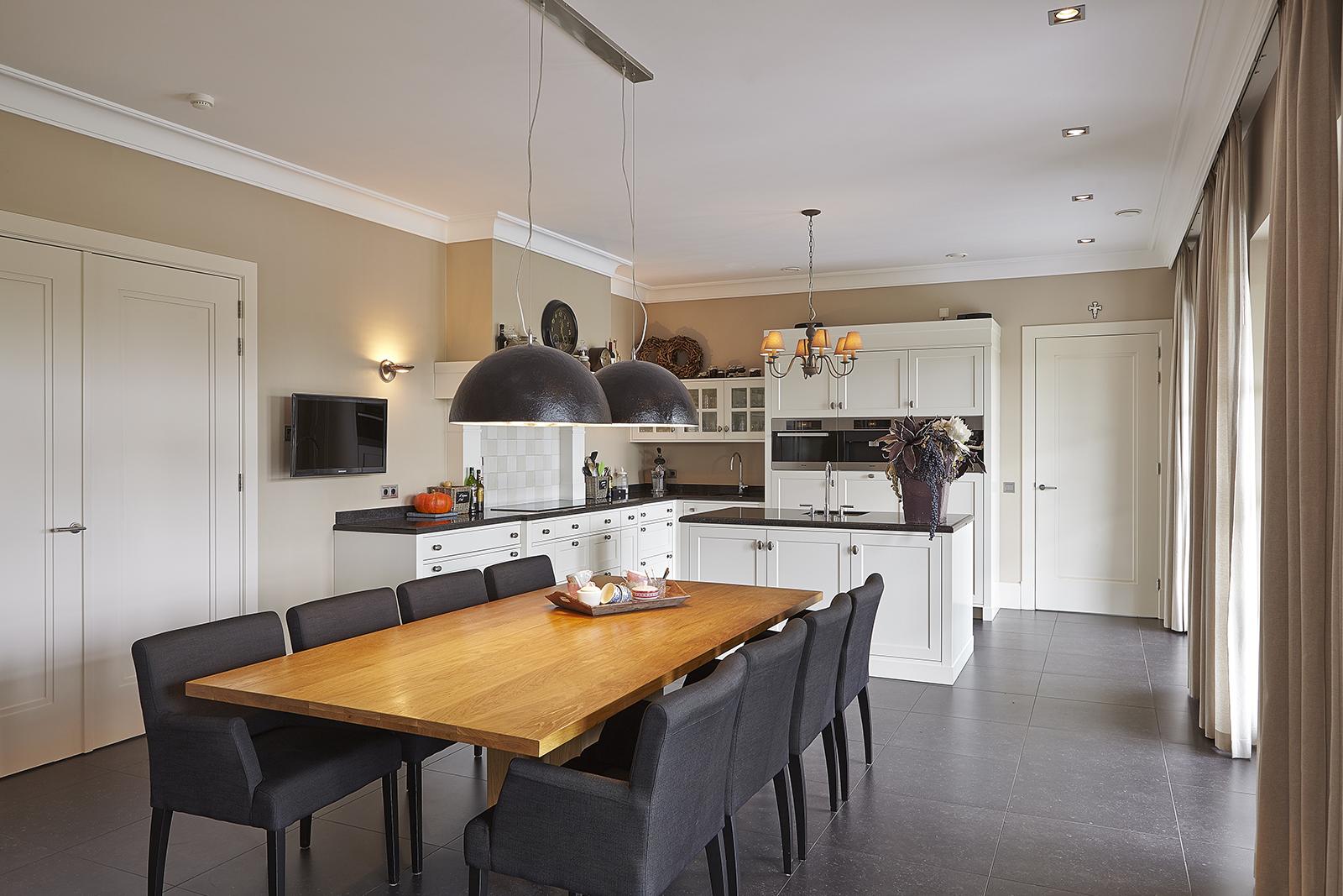 The Art of Living, Exclusief wonen, Marco Daverveld Interieur designer, leefkeuken, keuken, tafel, design, interieur, gordijnen, luxe, tegelvloer, klassiek
