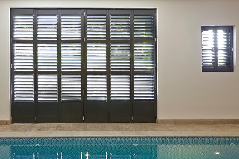 The Art of Living, Exclusief wonen, Interieur/meubelen, Van Oort Interieurs, zwembad, raam, klapdeur, shutters, tegelvloer, modern