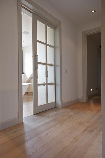 The Art of Living, Exclusief wonen, Interieurbouw, Vos Interieur & Stijl, kozijnen, wit, deur, gang, hal, parket, vloer, laminaat, stucwerk