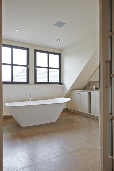 The Art of Living, Exclusief wonen, Badkamer, Baderie Voss, ligbad, raam, kozijn, badkamer, tegelvloer, wit, sanitair