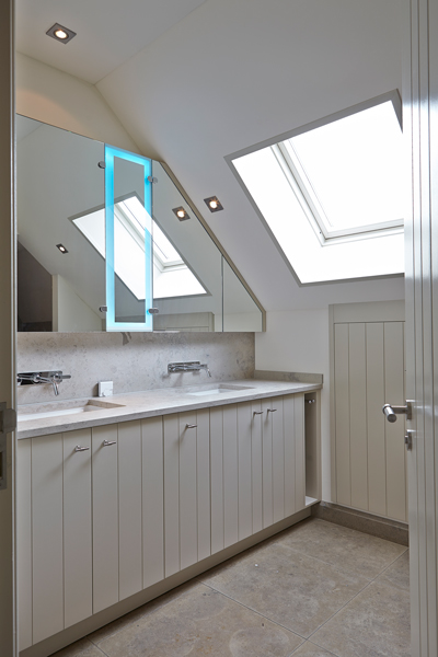 The Art of Living, Exclusief wonen, Badkamer, Baderie Voss, badkamer, spiegel, meubilair, sanitair, design, wit, tegelvloer, raam