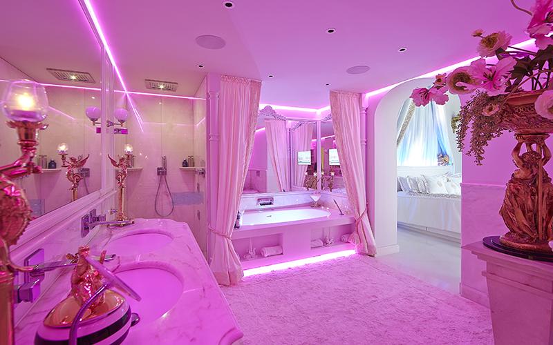 The Art of Living, Exclusief wonen, Galante Natuursteen, Smego Metaalwerken, badkamer, roze, verlichting, bed, kunst, exclusieve verlichting, tapijt, interieur design, douche