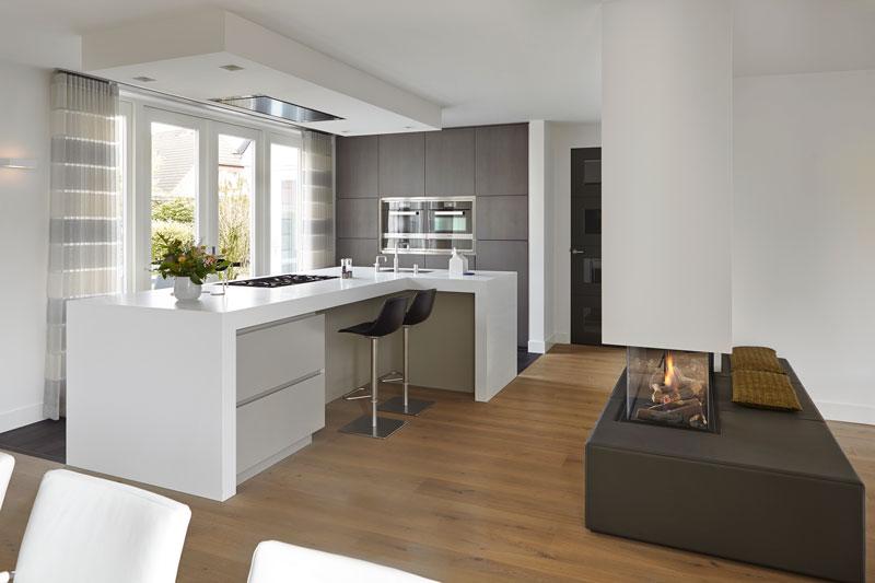 The Art of Living, Exclusief wonen, Interieur/keuken, Van den Berg Keukens en Maatmeubilair, keuken, villa, interieur, design, villa, kachel, laminaat, gordijnen, barkruk