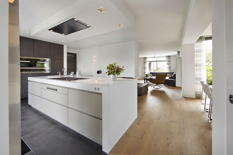 The Art of Living, Exclusief wonen, Interieur/keuken, Van den Berg Keukens en Maatmeubilair, design keuken, interieur, wit, modern, klassiek, villa, laminaat, tegelvloer, gordijn