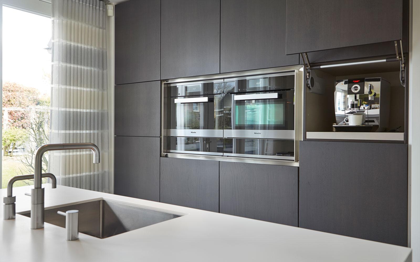 The Art of Living, Exclusief wonen, Interieur/keuken, Van den Berg Keukens en Maatmeubilair, keuken, maatwerk, oven, elektro, keukenapparatuur, gordijn, hout