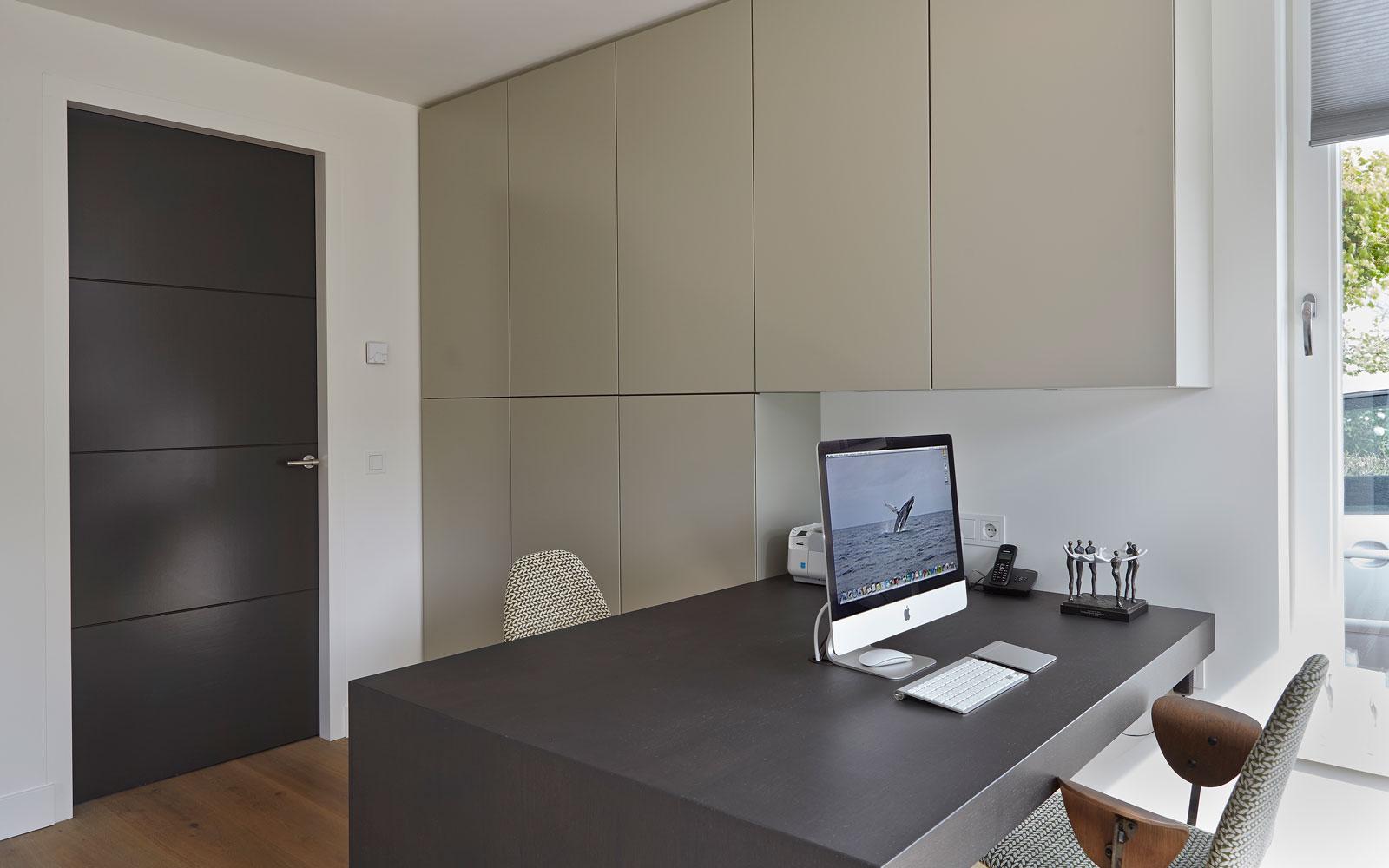 The Art of Living, Exclusief wonen, Interieur/keuken, Van den Berg Keukens en Maatmeubilair, design, bureau, interieur, apple, modern, exclusieve stoel, raam