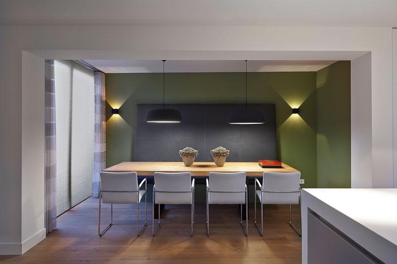 The Art of Living, Exclusief wonen, Houten vloer, Au Château, Interieur/keuken, Van den Berg Keukens en Maatmeubilair, meubilair, design, interieur, vloer, tafel, laminaat, lampen, witte stoelen, groene muur