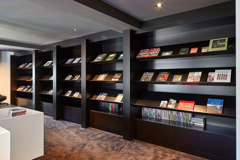 RAW Interiors heeft de villa voorzien van prachtige designmeubelen.