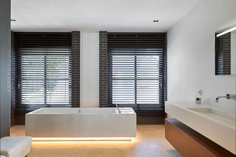 Het luxe ligbad is voorzien van designverlichting.
