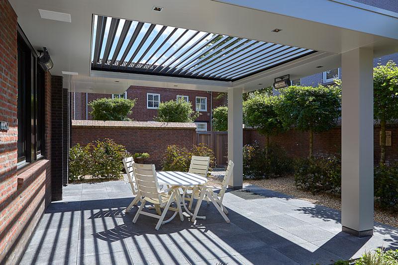 De zonnewering op het dak van het terras komt van Livium.