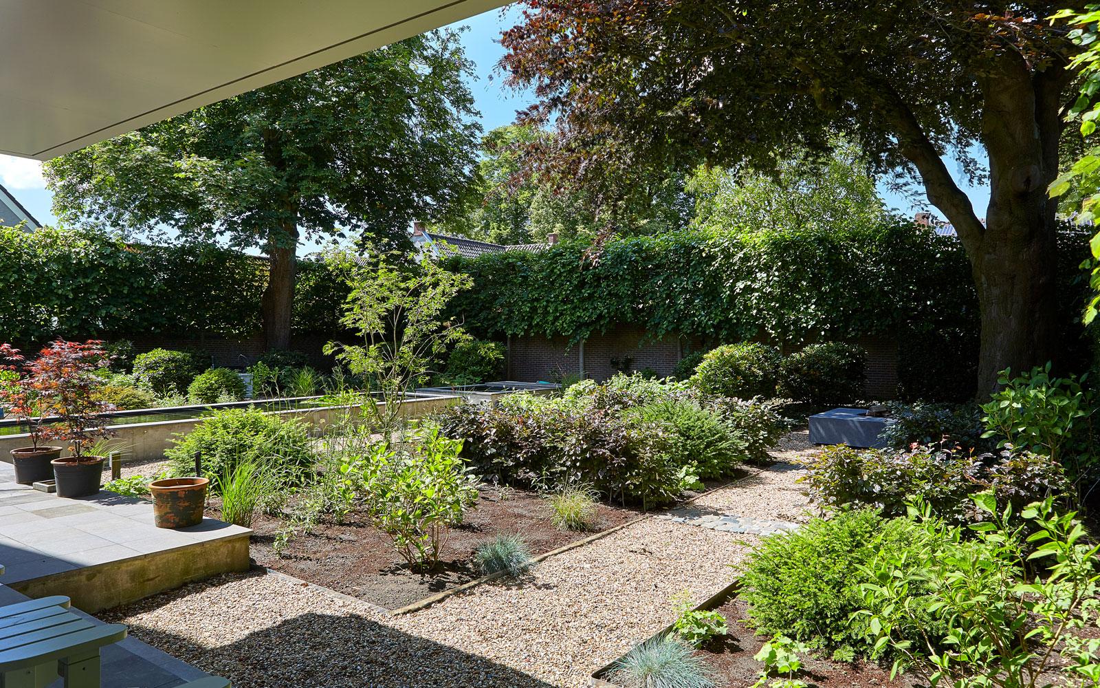 Victor Roosen Bijzondere Tuinen heeft het volledige tuinontwerp gerealiseerd.
