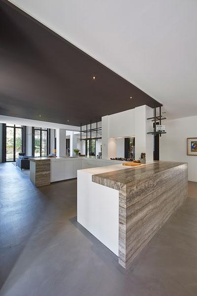 Het keukenblok is gemaakt van natuursteen door Revy Stone.