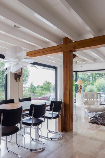 De woonkamer is ingericht met een prachtige eettafel die waarde toevoegt.