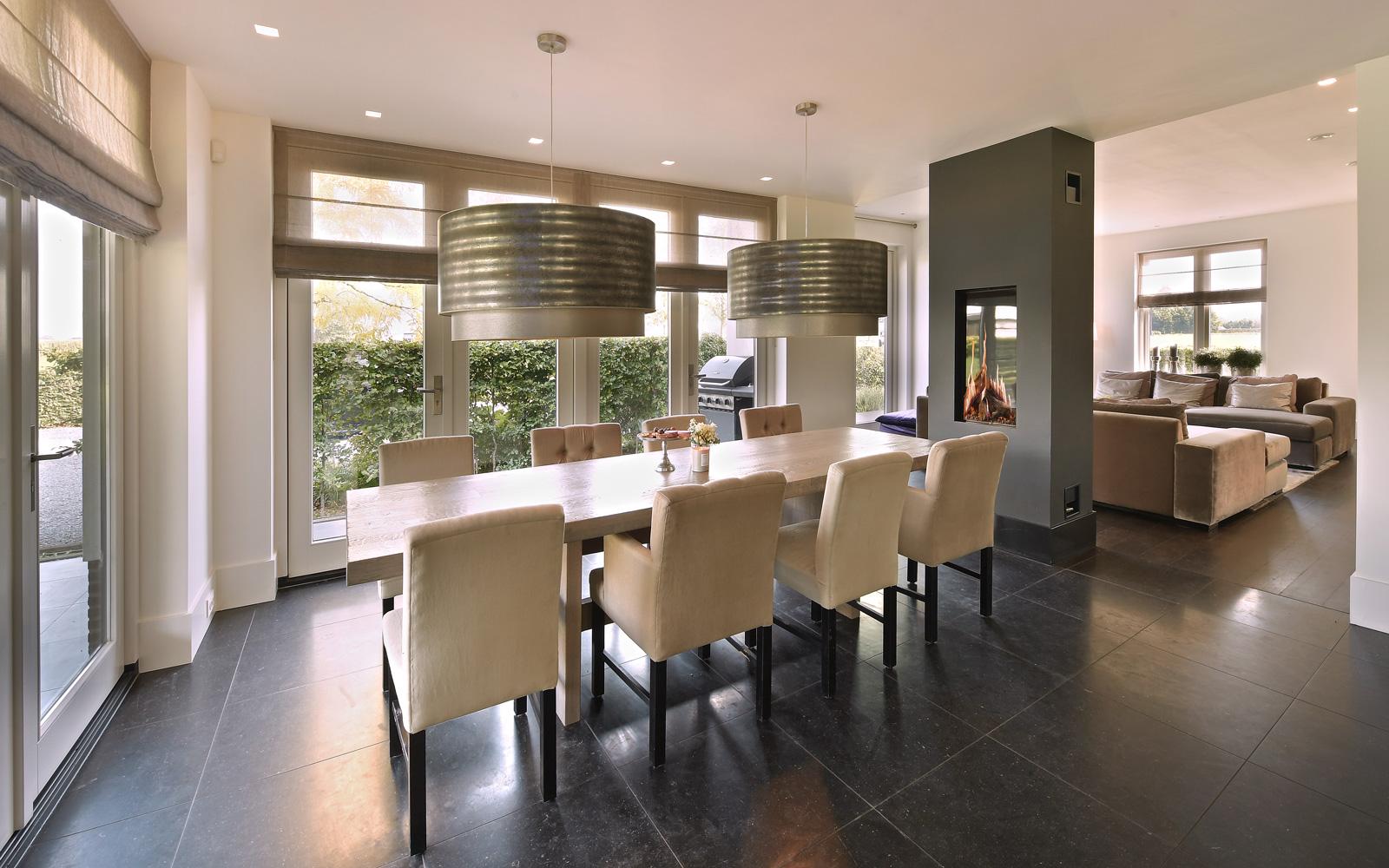 De exclusieve open haard van Kusk past mooi in de eetkamer.