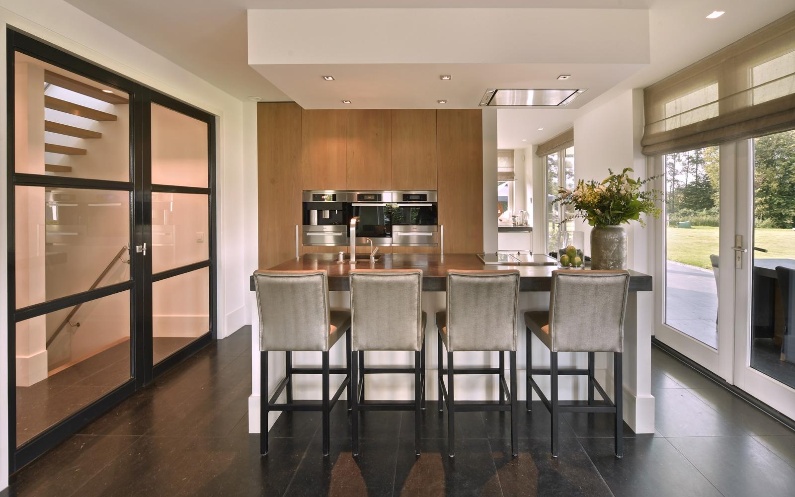 De exclusieve keuken is voorzien van luxe keukenapparatuur.