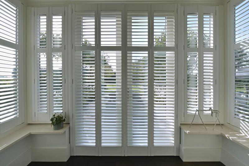De shutters zorgen ervoor dat het daglicht gedimd kan worden.