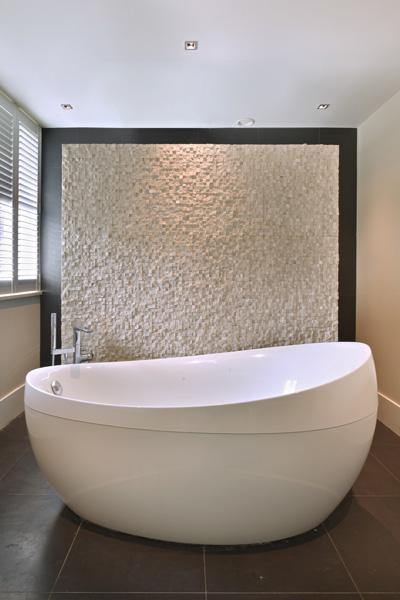 Het vrijstaande ligbad bieden de bewoners van deze villa het benodigde comfort.
