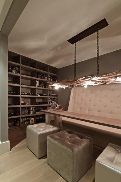 De luxe wijnkelder met zithoek maakt deze villa compleet.