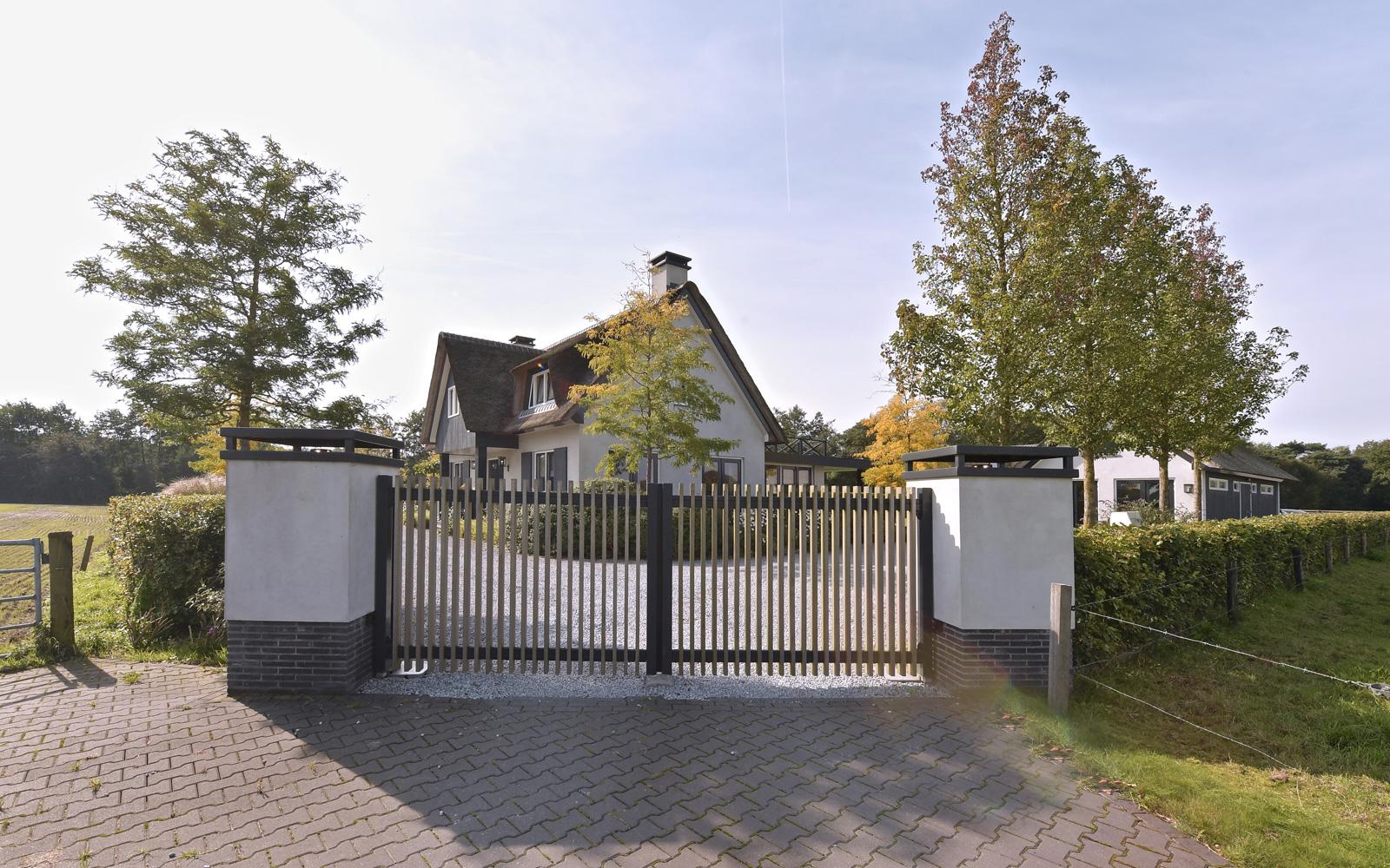 Boxxis Architecten heeft de architectuur van deze villa gerealiseerd.