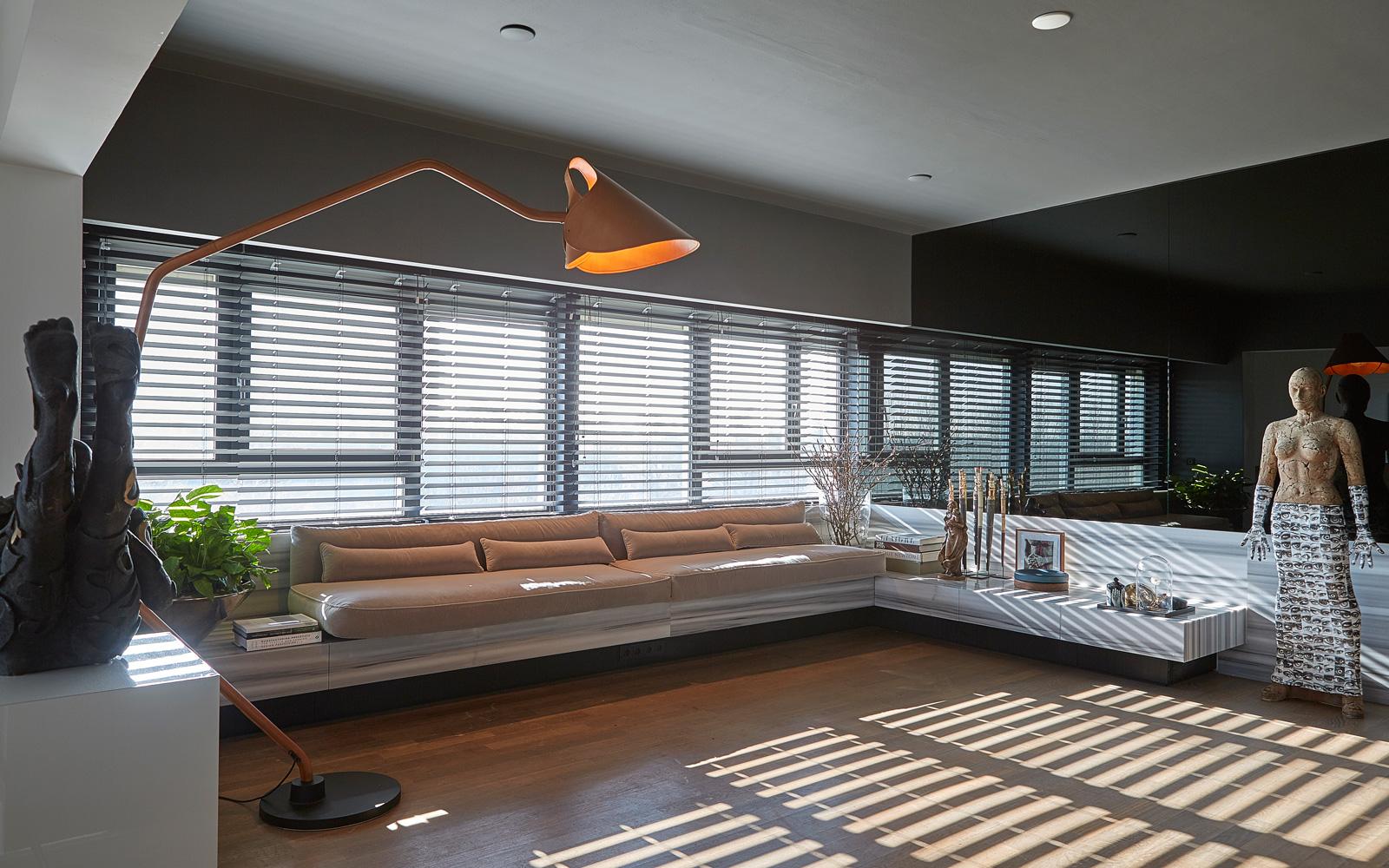 De exclusieve bank van RAW interiors staat mooi op de houten vloer van H&T Vloeren.