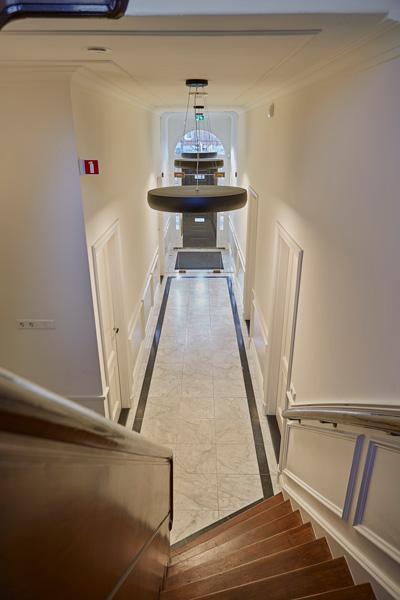 The Art of Living, Exclusief wonen, Trap, designverlichting, tegelvloer, interieurinspiratie, traptreden