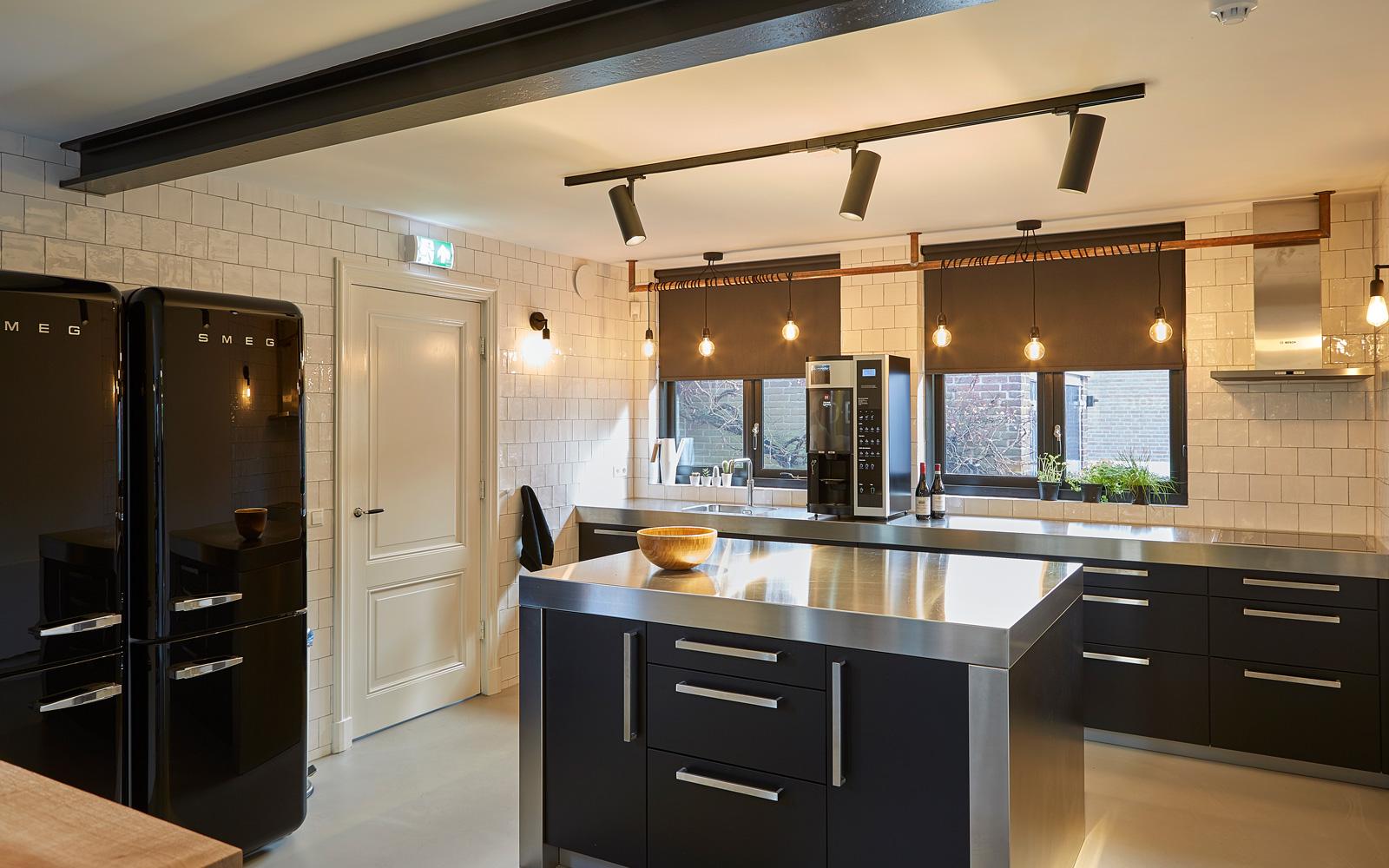 Altis Keukens verzorgde de luxe keuken met zwarte afwerkingen.
