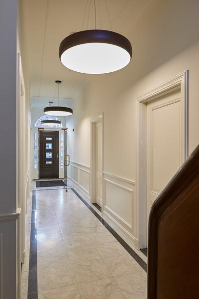 De lange hal biedt ruimte aan verschillende kamers.