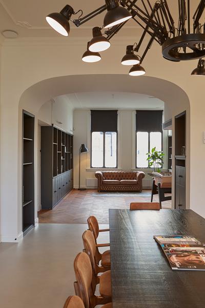 In de woonkamer is er gekozen voor bruin en zwart meubilair.