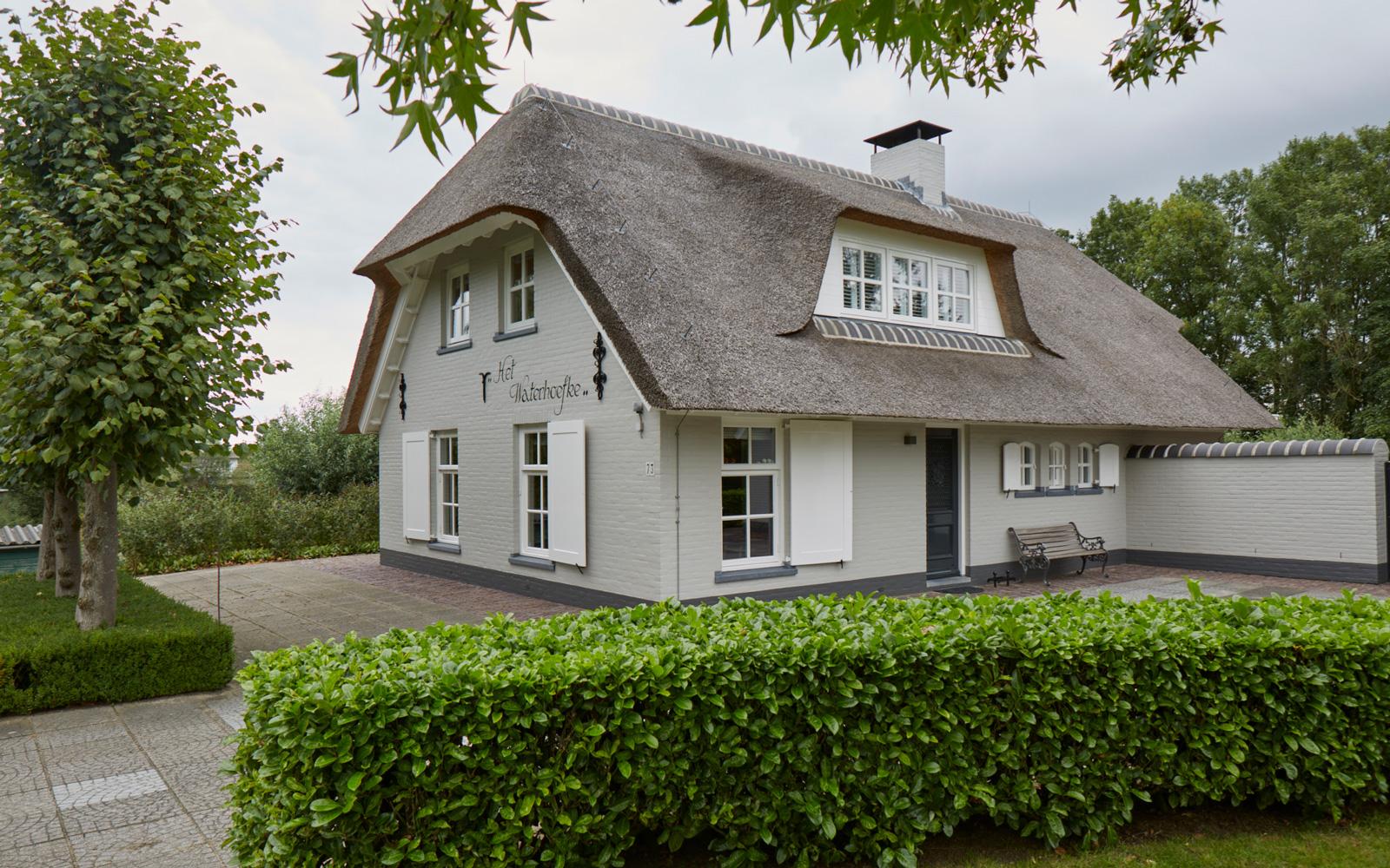 Exclusief wonen, The art of living, Studio Kees Marcelis, Architectuur, Rieten dak, Exterieur, Witte Klapdeuren, Schoorsteen