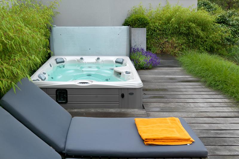 De luxe jacuzzi is gerealiseerd door Coastline Wellness