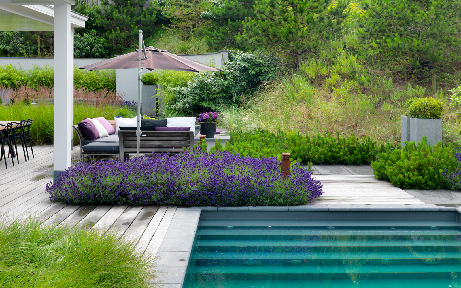 Geerlings Tuinen heeft de tuinarchitectuur gerealiseerd.