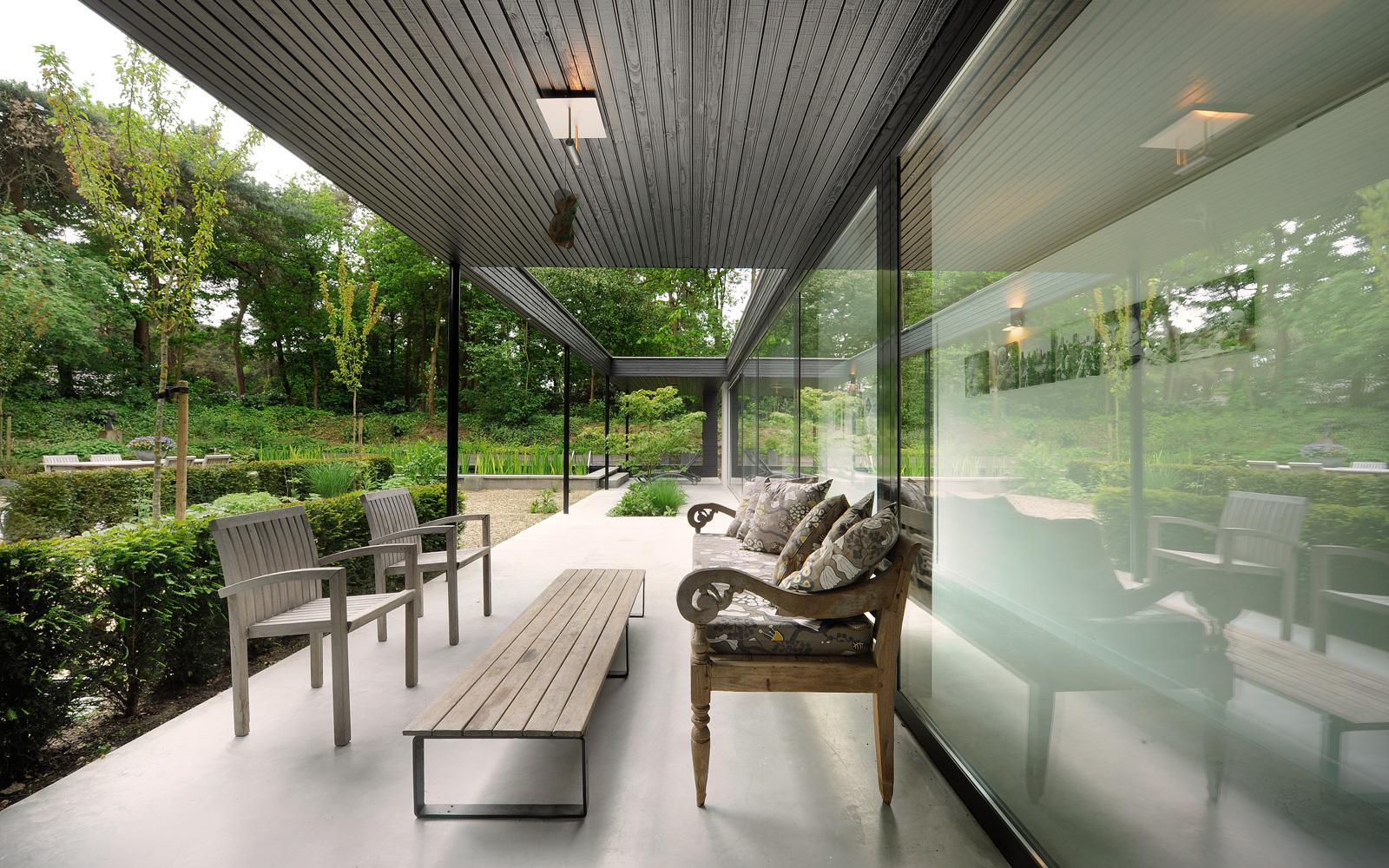 De bungalow beschikt over een grote tuin de prachtig in de natuur gelegen is.