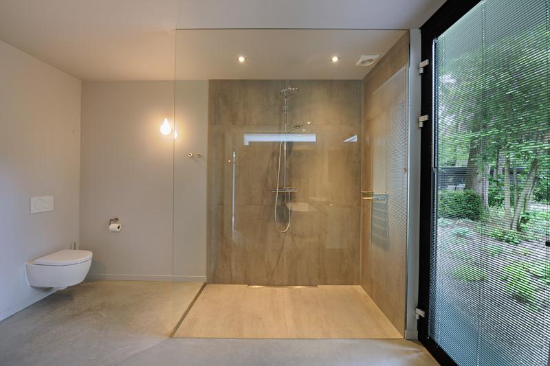 De badkamer biedt de bewoners het optimale comfort.