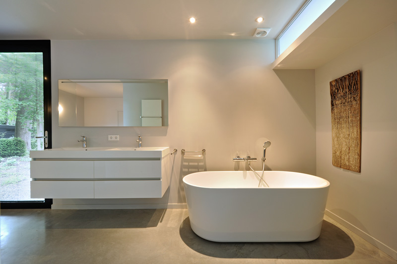De witte bad meubelen stralen ware luxe uit.