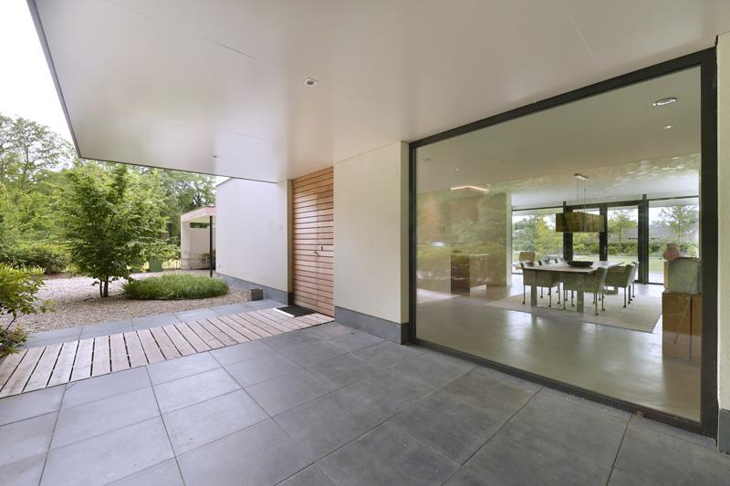 De exclusieve voordeur is een luxe entree voor de villa.