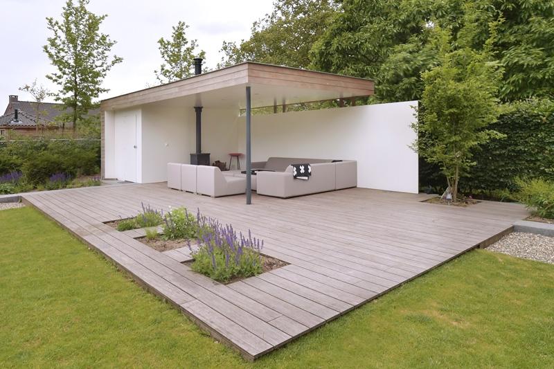 De tuin is ontworpen door Michiel van Loon waar de bewoners in de loungehoek het comfort op kunnen zoeken.