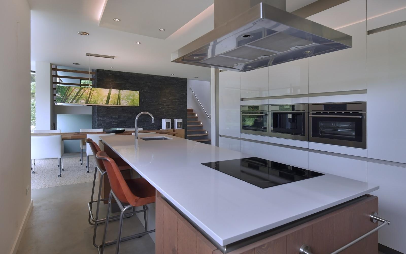 De keuken is voorzien van luxe keukenapparatuur.
