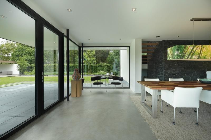 De villa beschikt over veel ramen die ervoor zorgen dat er veel lichtinval is..
