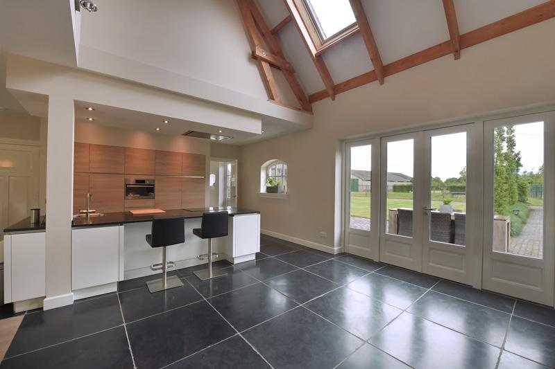De keuken van Installatiebedrijf Op 't Hoog staat mooi op de donkere tegelvloer.