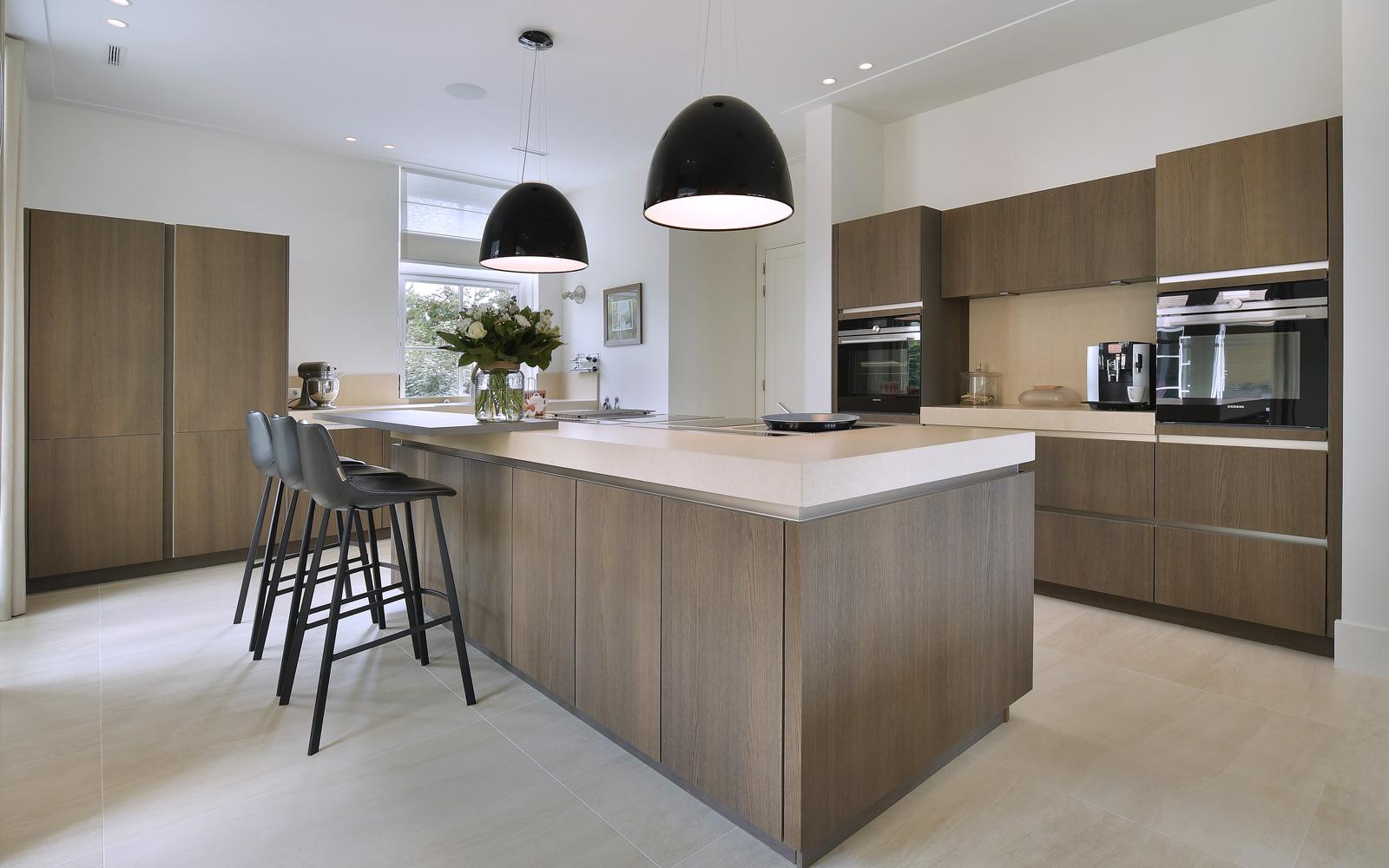 Eddie Donkers Tegelwerken heeft het lichtgekleurde tegelwerk in de keuken verzorgd.