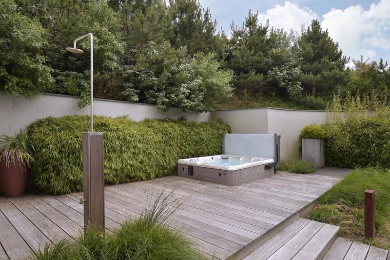 Coastline Wellness heeft de luxe jacuzzi verzorgd die de tuin tot een ware wellness maakt.